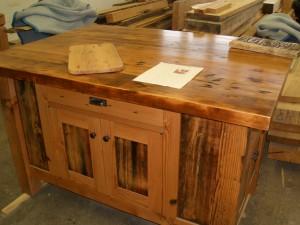 ダグラスファー古材を使って製作された家具