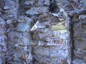 チラシをベールにした古紙