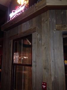 古材バーンボードがレストランの内壁に