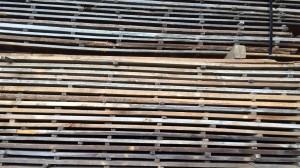 解体現場から取り出された古材の板を丁寧に保管