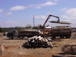 港まで輸送するトラックに積み込み