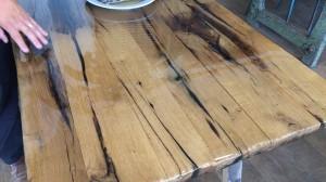 オークの古材を製材して、テーブルの天板に